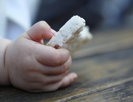 Reiswaffel in einer Babyhand