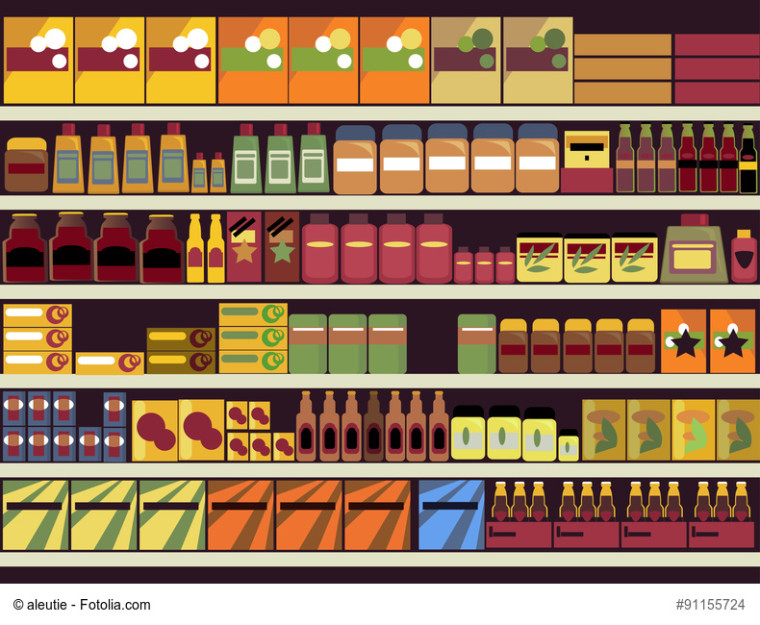 Regal im Supermarkt mit Verpackungen und Produkten in Flaschen und Dosen