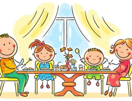 Familie mit 2 Erwachsenen und 2 Kinder am Tisch