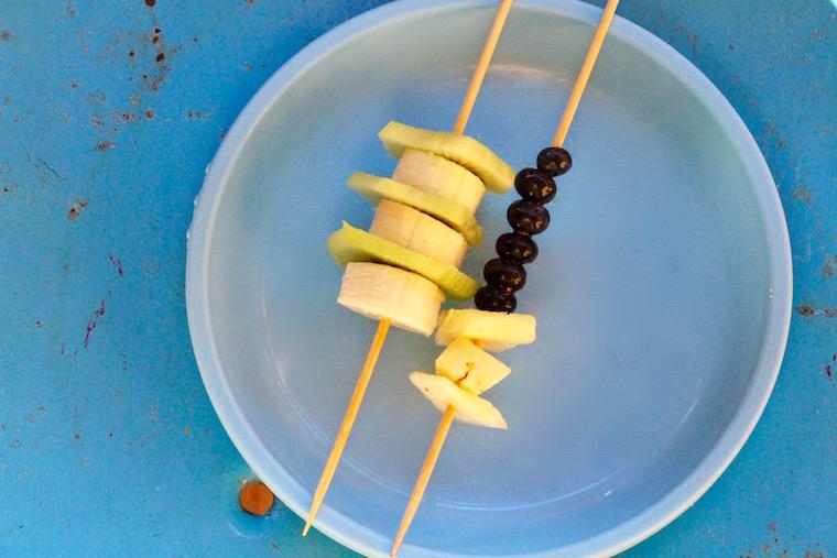 Obstspieße mit Banane, Blaubeeren und Ananas