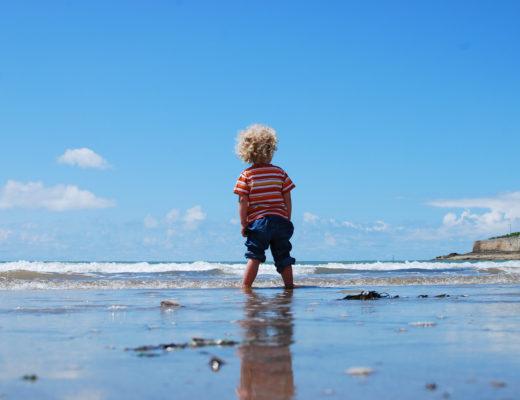 Kleines Kind am Meer