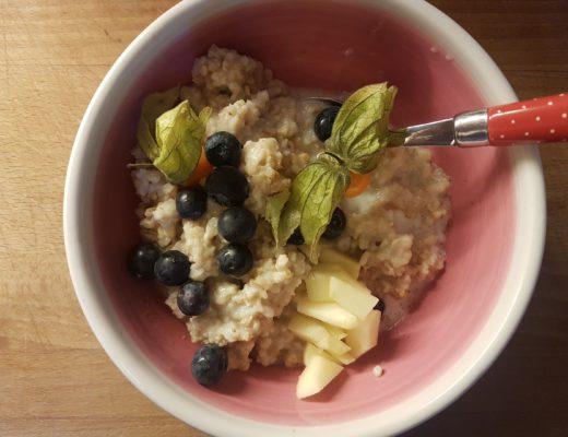Oatmeal zum Frühstück mit frischen Beeren