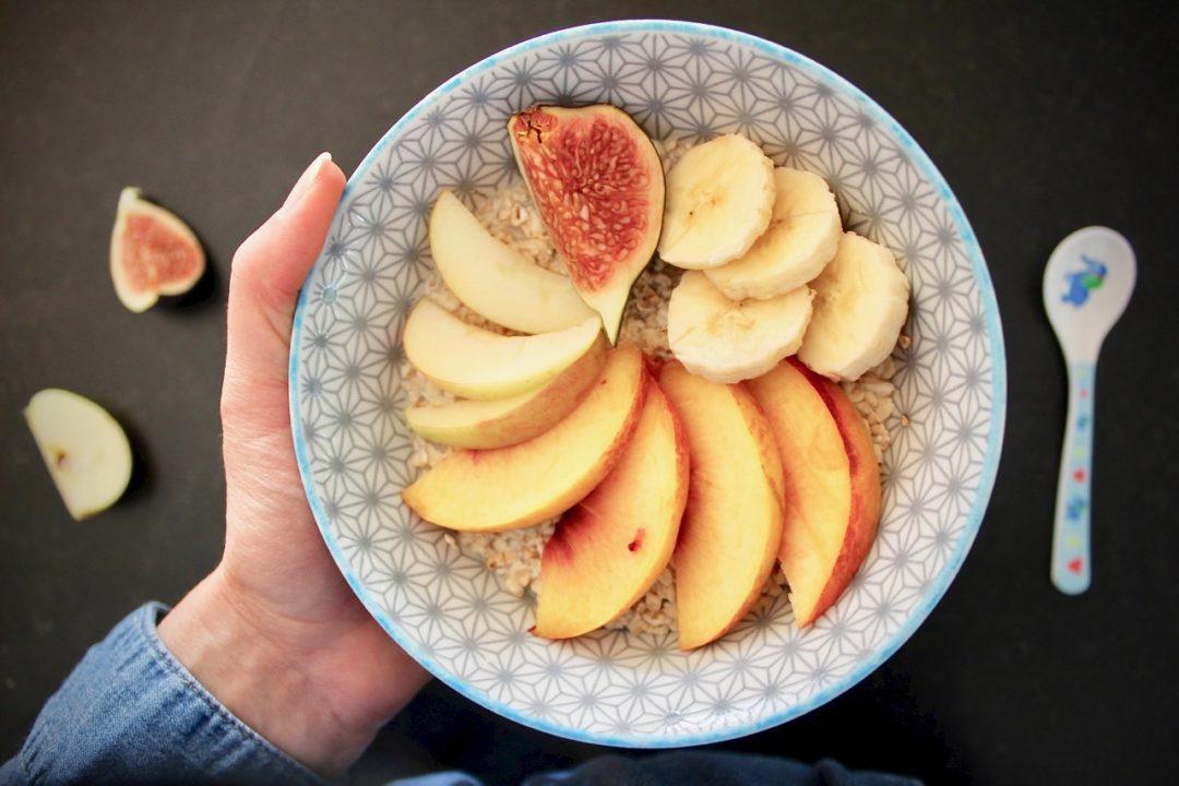 Eine Schale Müsli mit Obst