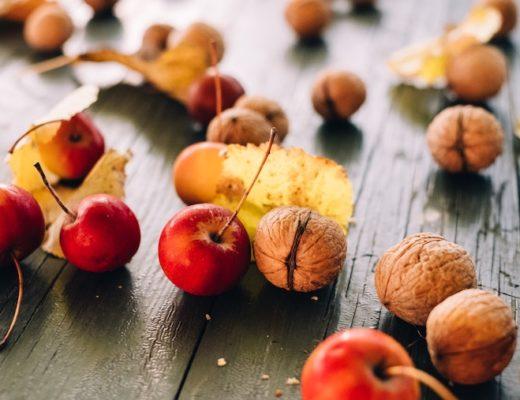 Walnüsse und Apfel auf einem Tisch