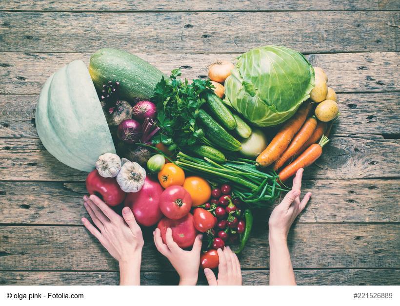 Obst und Gemüse mit Frauen- und Kinderhand