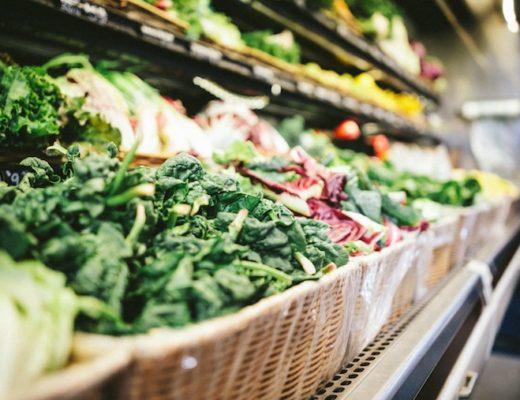 Regel mit Gemüse im Supermarkt