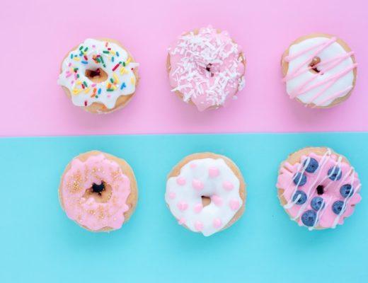 Bunte Donuts mit Zucker verziert