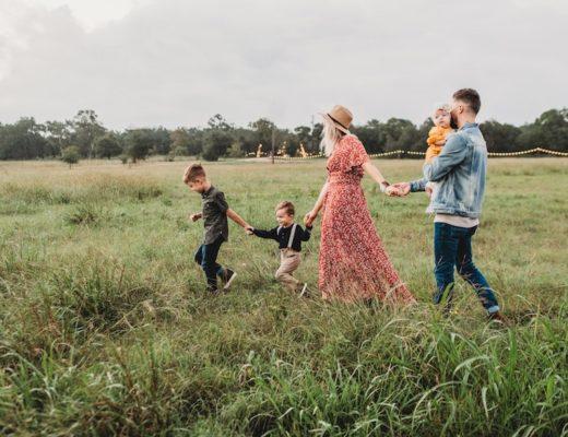 Familie mit drei Kindern in einer Wiese