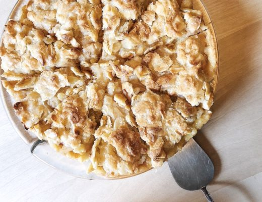 Apfelkuchen mit Mandelguss.
