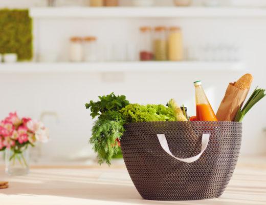 Korb mit Einkäufen in der Küche