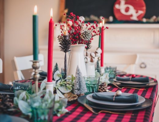Festlich gedeckter Tisch fürs Weihnachtsmenü