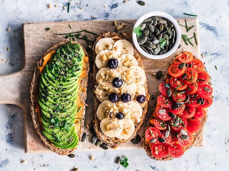 Vegane Sandwiches für Kinder mit Avocado, Banane und Tomate belegt