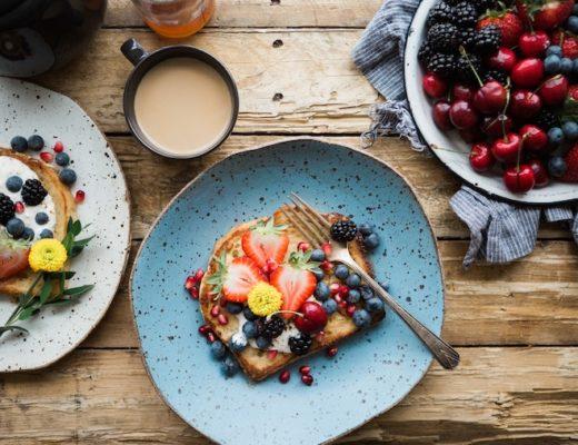 Bunter zuckerfreier Snack aus Brot und Obst