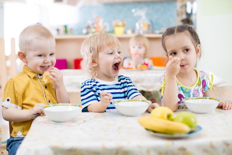 Kinder beim Essen in der Kita
